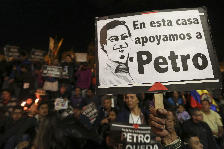 «Dans cette maison, nous soutenons Gustavo Petro» est-il écrit sur cette pancarte brandie hier soir, lundi 13 janvier, lors d'une manifestation de soutien au maire destitué de Bogota, Gustavo Petro, place Bolivar.