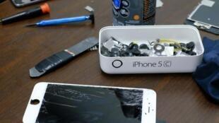 Les composants d'un iPhone dans un magasin de réparation d'appareils électroniques à New York, le 17 février 2016.