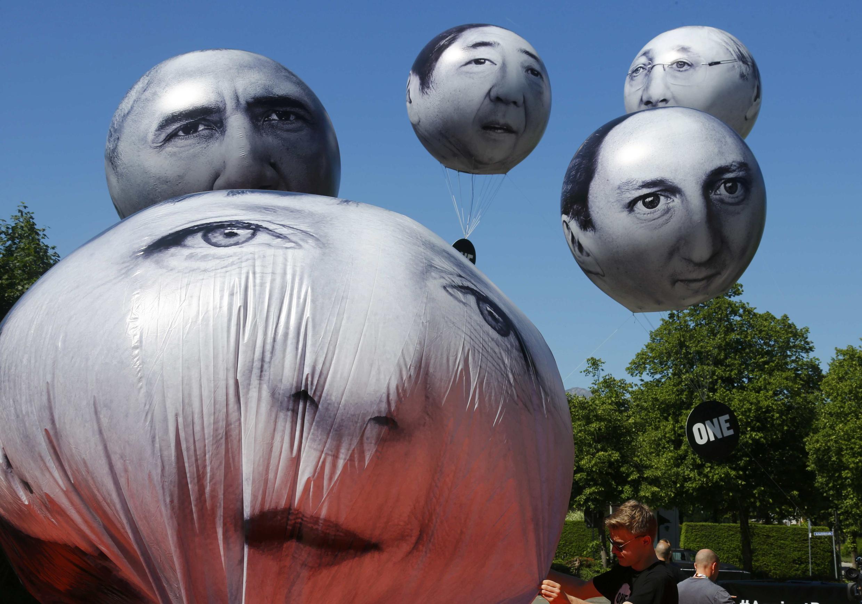 Des opposants déploient des ballons à l'image des dirigeants du G7, réunis ce 7 juin à Krün, en Allemagne.