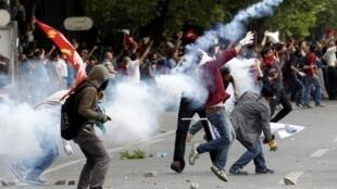 Confrontos nas ruas de Ancara, onde os manifestantes reforçaram, neste domingo, 2 de junho, a pressão sobre o governo Erdogan.