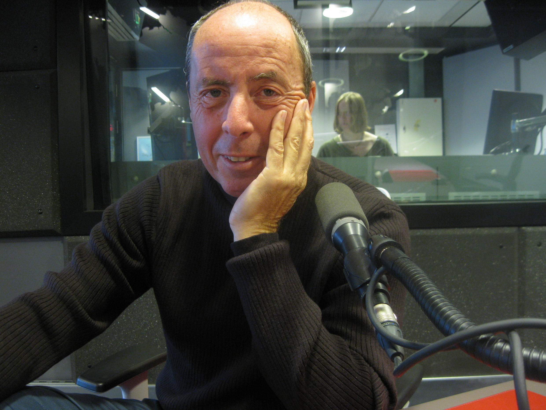 Joaquim Falcó en los estudios de Radio Francia Internacional.