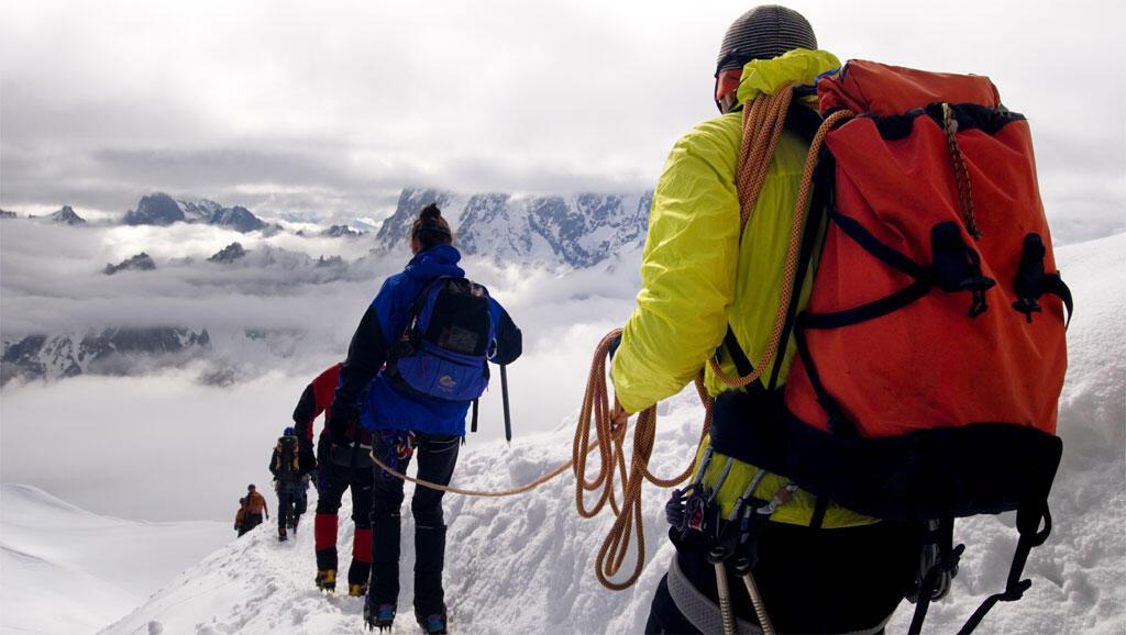 O maciço de Ecrins é conhecido por suas montanhas íngremes, com inclinação de 45%, que os aventureiros escalam antes de descer esquiando (Imagem ilustrativa)