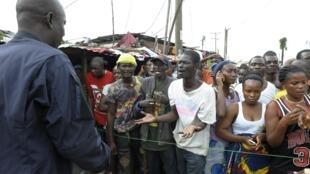 Les habitants d'une zone mise en quarantaine afin de limiter la propagation d'Ebola, à Monrovia (Sierra Leone), le 23 août 2014.