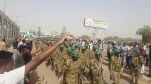 Waandamanaji wakisabahi askari jijini Khartoum, Aprili 10, 2019.