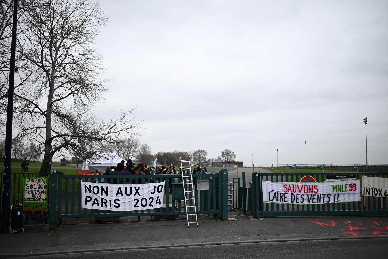 在巴黎奧運媒體中心修建地址出現的反對奧運的標語 2020年12月。