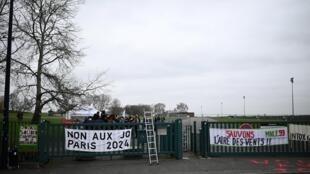 在巴黎奥运媒体中心修建地址出现的反对奥运的标语 2020年12月。