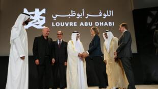 Bộ trưởng Văn hóa Pháp Françoise Nyssen, đồng nhiệm Abu Dhabi Mohamed Khalifa Al Moubarak, kiến trúc sư Jean Nouvel công bố chương trình sinh hoạt khánh thành Louvre Abu Dhabi