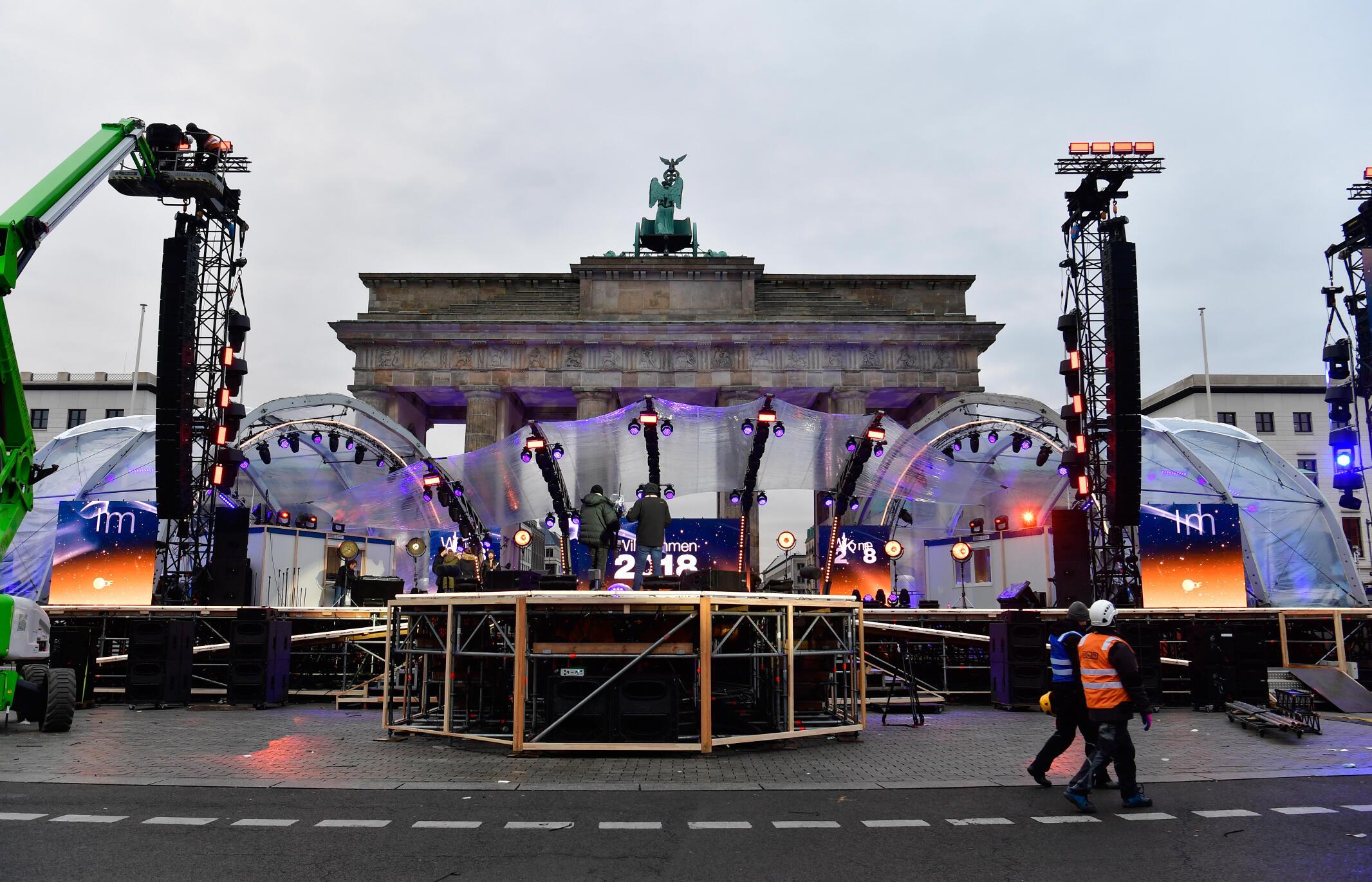 Chuẩn bị đón mừng năm mới 2018, tại cổng Brandenburg, Berlin, ngày 30/12/2017n prévue à la porte de Brandebourg, le 30 décembre 2017.