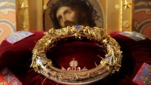 Mão gai đội đầu của Chúa Giêsu trong một dịp trưng bày tại Nhà thờ Đức Bà Paris ngày 21/03/2014.