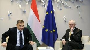 O premiê húngaro, Viktor Orban (e), e o presidente da União Europeia, Herman Van Rompuy, durante encontro nesta terça-feira em Bruxelas.
