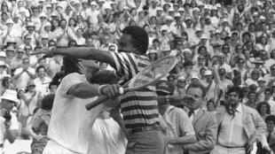 Le 5 juin 1983, juste après sa victoire contre le Suédois Mats Wilander en finale de Roland-Garros, Yannick Noah n'a même pas le temps de saluer l'arbitre que son père Zacharie lui tombe déjà dans les bras.