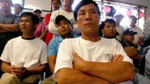 Ngư dân lưới tôm Nguyen Van Can cùng với các ngư dân gốc Việt và Hoa khác đang chờ đợi thông tin từ tập đoàn BP.