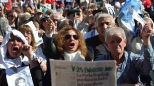 Des militants des droits de l'homme manifestent devant le tribunal de Cordoba, le 25 août 2016.