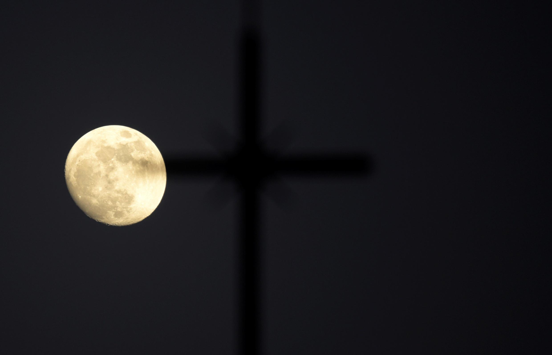 Una superluna es vista desde Siero, España, el 29 de enero de 2018.