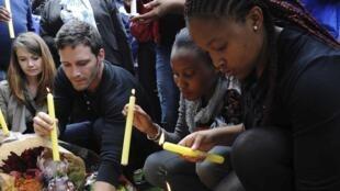 悼念的民众聚集在曼德拉在约翰内斯堡的居所前 2013 12 06