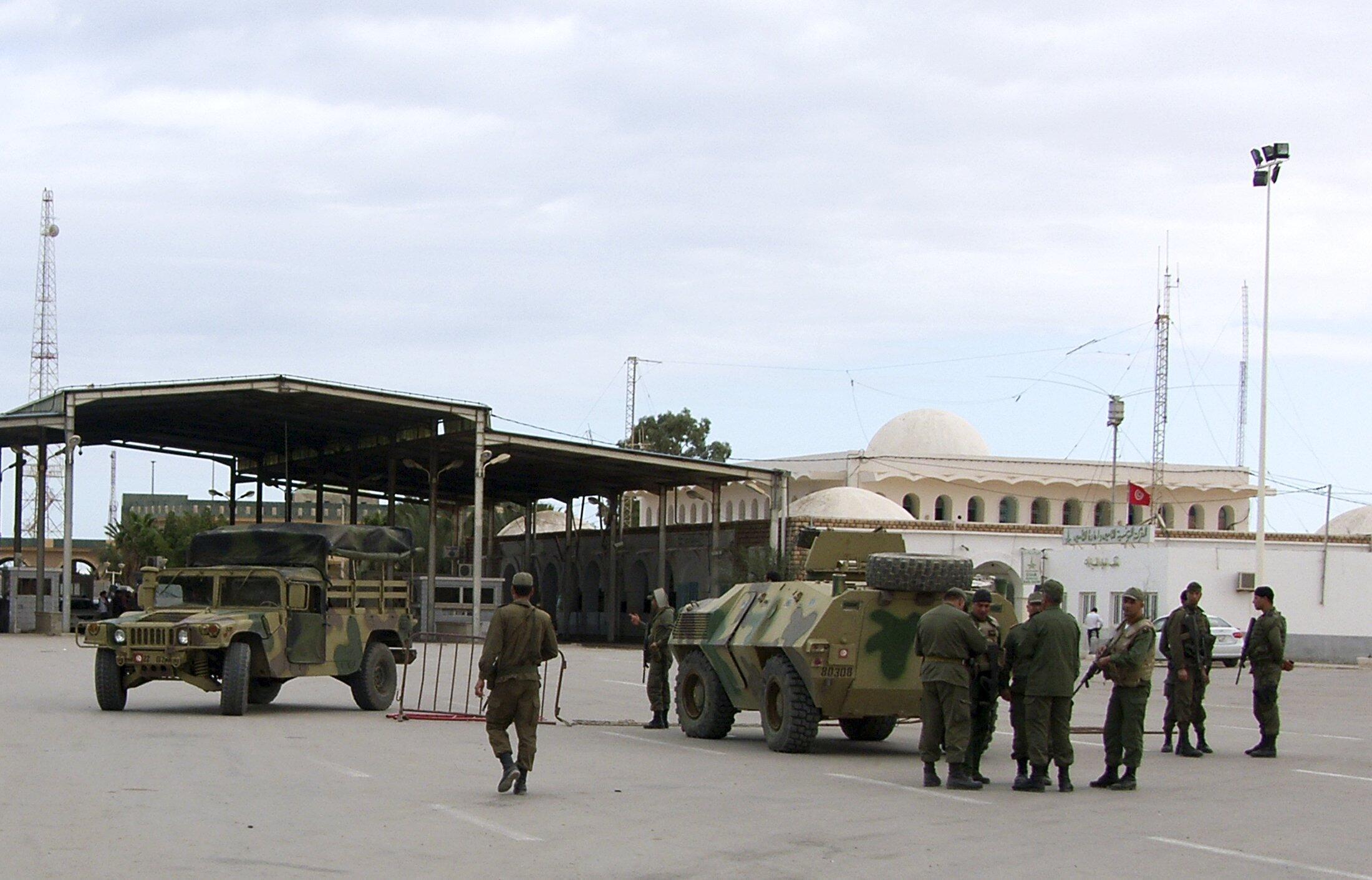 Тунисские военные на посту в городе Бен-Гуэрдан, 5 декабря 2014.