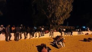 Wahamiaji wa Afrika wakikusanyika nje ya kituo cha Tajoura.