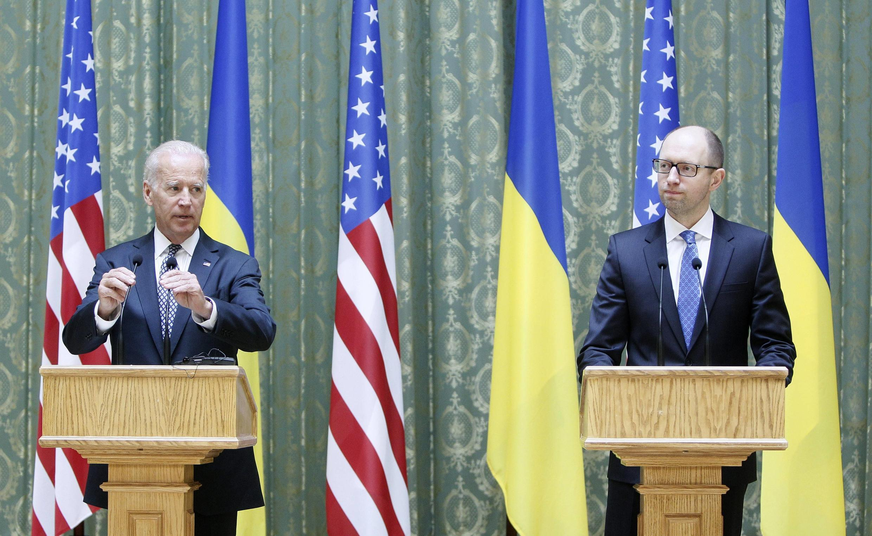 Makamu wa rais, Joe Biden (kushoto) akiwa pamoja na waziri mkuu wa Ukraine Arseny Yatseniuk mbele ya vyombo vya habari mjini Kiev, aprili 22 mwaka 2014.