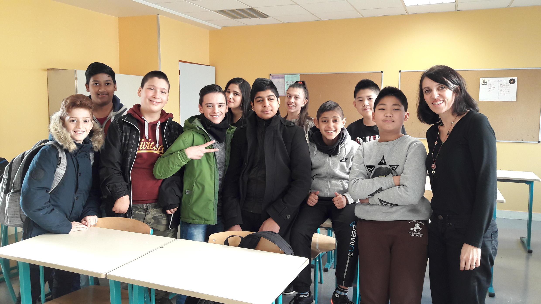 Les élèves de la classe UPE2A du collège Thomas Mann, Paris 13, avec leur professeure, Valérie Parroux.
