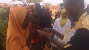 Mesure effectuée sur un enfant au camp de Khayre à Galdogob en Somalie, en juillet 2017.