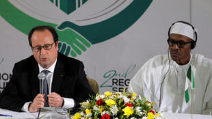 Le président français François Hollande aux côtés de son homologue nigérian, Muhammadu Buhari, le 14 mai 2016 au sommet d'Abuja.