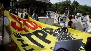 Biểu tình phản đối hiệp định TPP trước Quôc hội Mỹ ngày 23/06/2015.