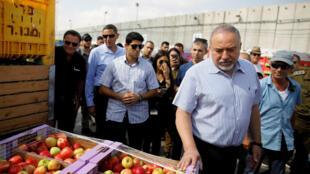 Le ministre israélien de la Défense, Avigdor Lieberman, visite le point de passage de Kerem Shalom, à l'entrée de Gaza, le 22 juillet 2018.