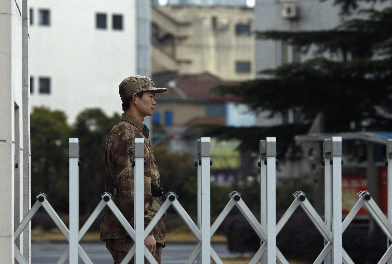 Lính gác trước 'Đơn vị 61398', ở ngoại ô Thượng Hải.  Ảnh chụp ngày 16/02/2013, ngay sau báo cáo của Mandiant.