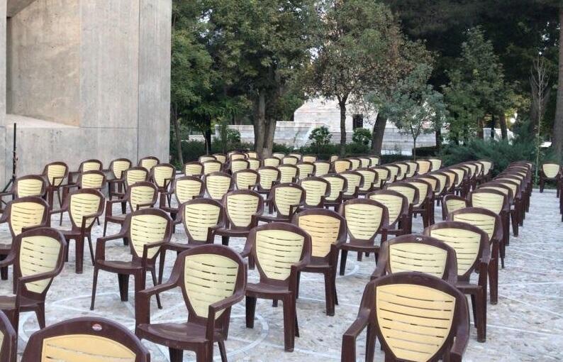 تعداد محدودی صندلی برای شرکت کنندگان مجاز چیده شده بود
