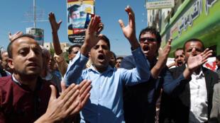 De jeunes Yéménites anti-Houthis chantent des slogans, lors d'une manifestation à Sanaa, la capitale du Yémen. Ils demandent le départ des rebelles chiites et le respect des accords signés sous l'égide de l'ONU.