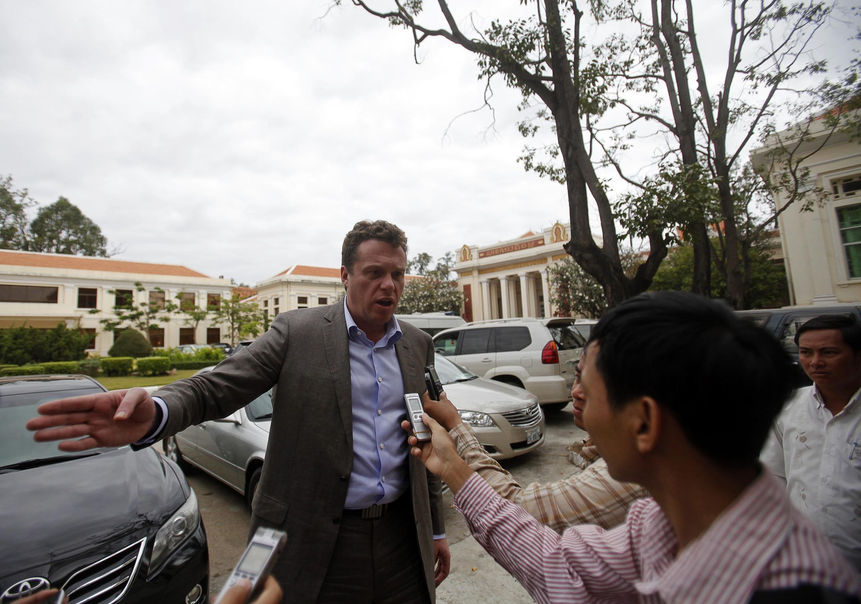 Nhà tài phiệt Nga Sergei Polonsky trả lời báo chí trước trụ sở Tòa phúc thẩm, Phnom Penh, Cam Bốt, 13/01/2014