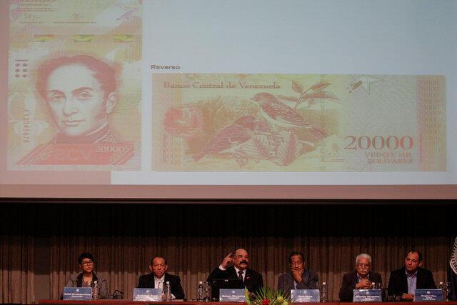 El presidente del Banco Central de Venezuela presentaba a fines de 2016 el billete de 20.000 bolívares.
