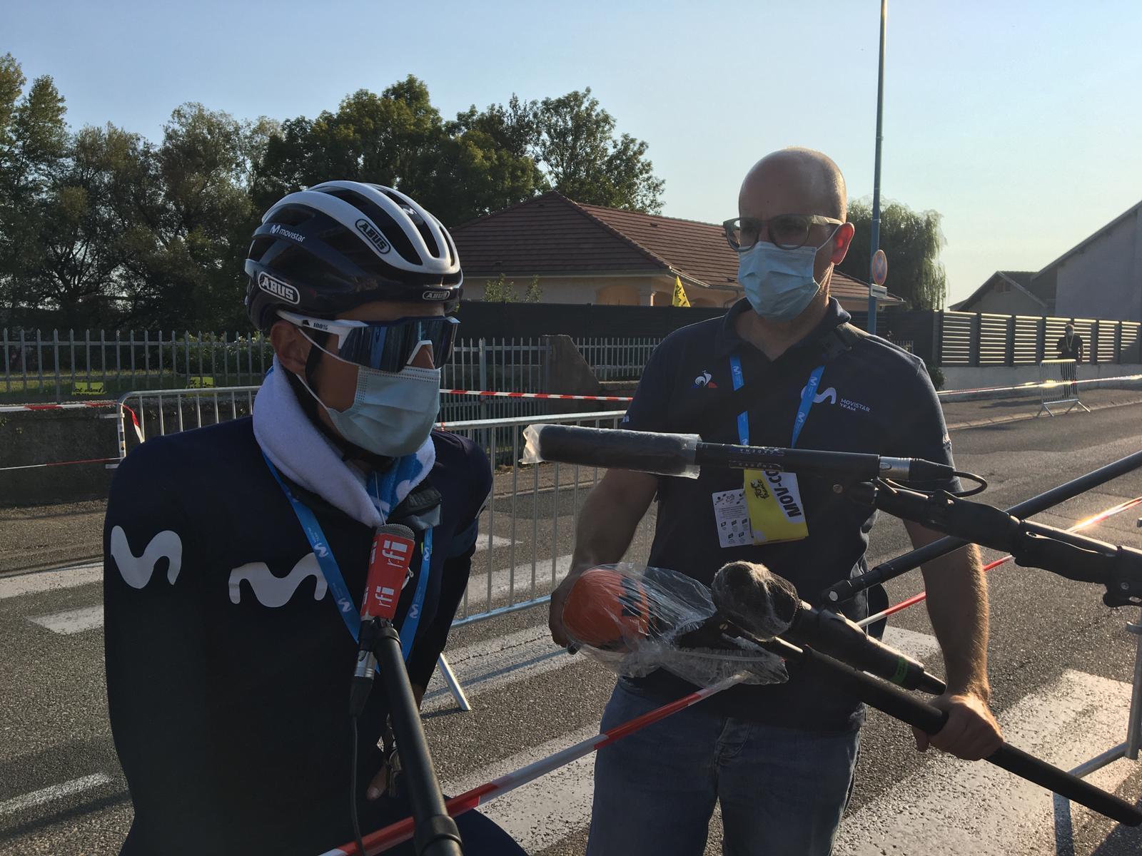 Albert Valero de Movistar acompaña a Enric Mas en la zona mixta de la etapa 14 del Tour de France.