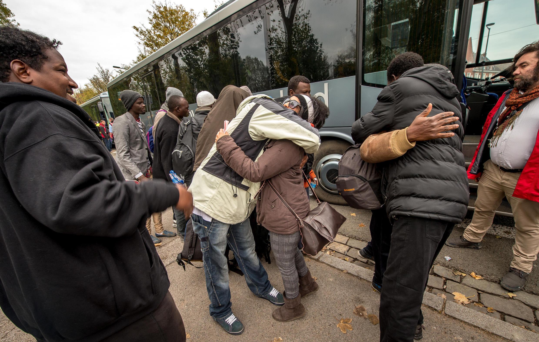 Migrantes deixam acampamento da New Jungle em Calais em 27 de outubro de 2015.