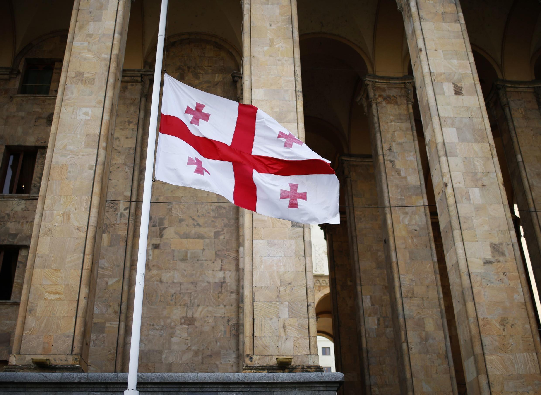 Национальный флаг у здания парламента Грузии в Тбилиси