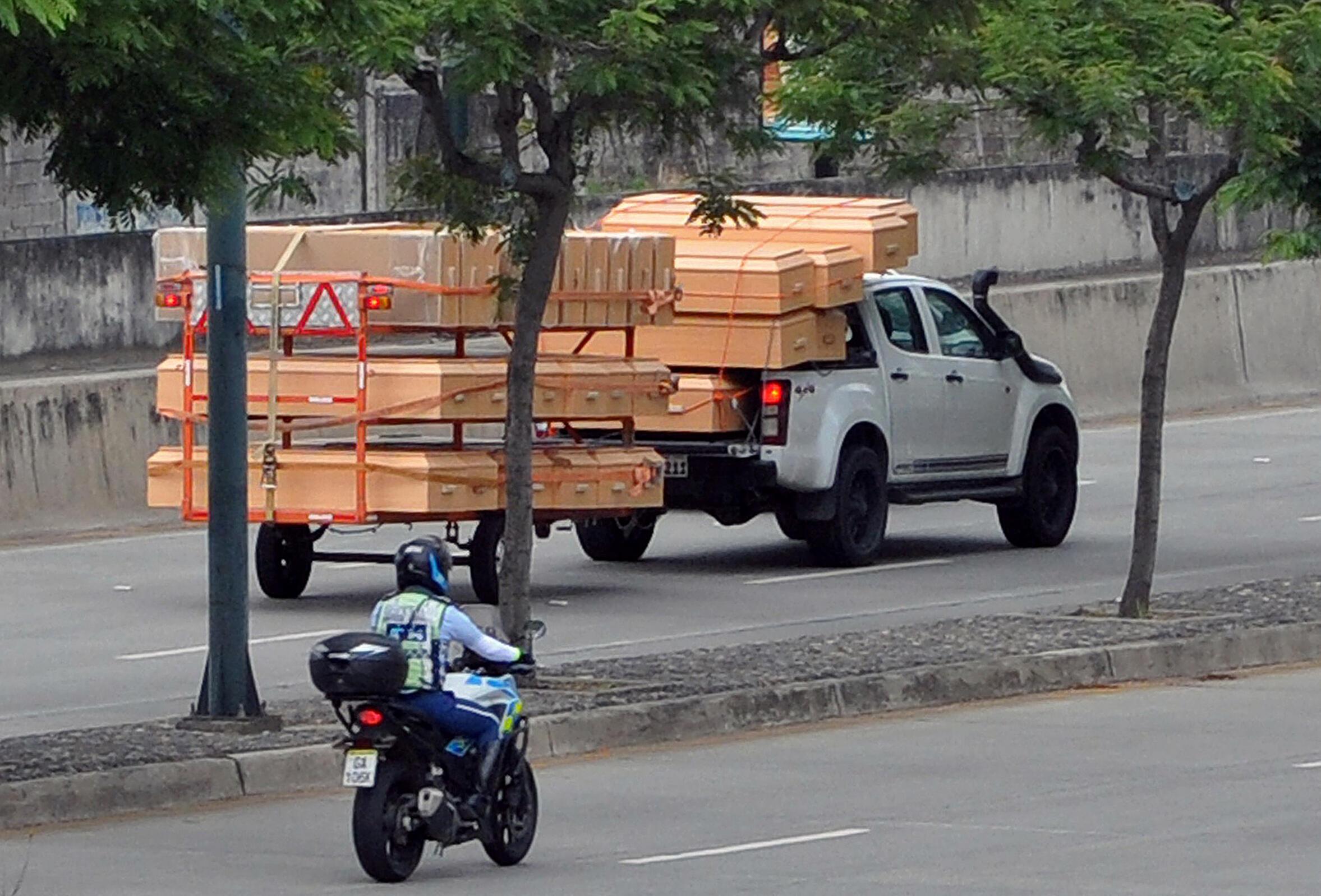 Ataúdes trasladados en un camión en Guayaquil, Ecuador.