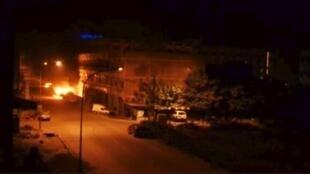 Une vue générale du Splendid Hôtel, au pied duquel un incendie s'est déclaré, lors de l'attaque de plusieurs hommes armés, le 15 janvier 2015.