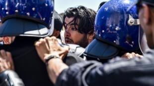 Des policiers algériens face à des manifestants, à Alger, le 14 mai 2019 (photo d'illustration).