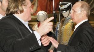 O ator francês Gérard Depardieu (e) e o atual presidente russo, Vladimir Putin, na época primeiro-ministro, durante um encontro em São Petesburgo, em 2010.