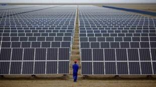 Cơ sở chế tạo tấm pin mặt trời Đôn Hoàng (Dunhuang), Lan Châu (Lanzhou), tỉnh Cam Túc (Gansu), Trung Quốc (Ảnh chụp 16/09/2013)