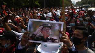 Miles de personas salieron a las calles en Birmania para protestar congra el golpe militar que ha puesto fin a diez años de democracia