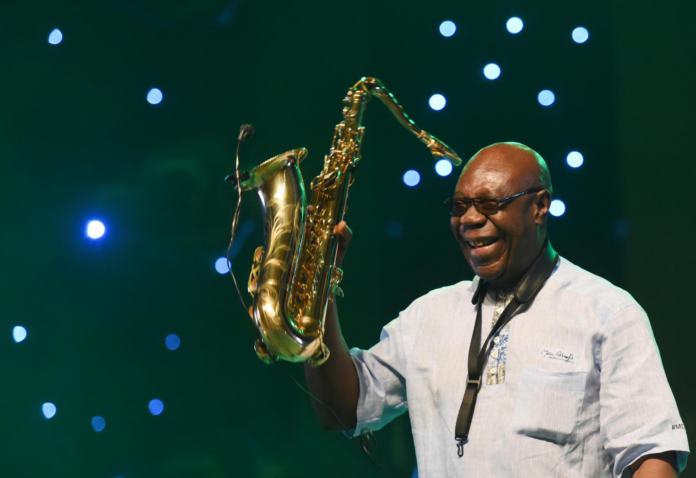 El saxofonista Emmanuel N'Djoke Dibango, más conocido como Manu Dibango, en un concierto en Abiyán el 29 de junio de 2018