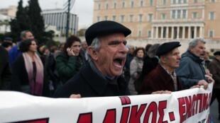Manifestation contre l'austérité, le 27 novembre à Athènes. Le parti de gauche anti-austérité dirigé par Alexis Tsipras est en tête des  sondages avant les législatives anticipées du 25 janvier 2015.