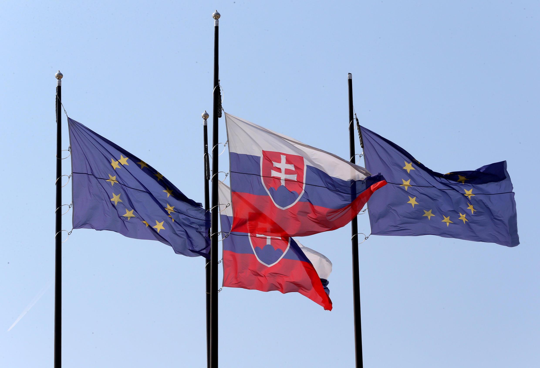 Bendera za Umoja wa Ulaya na Slovakia, kabla ya mkutano wa Umoja wa Ulaya mjini Bratislava, Septemba 15, 2016.