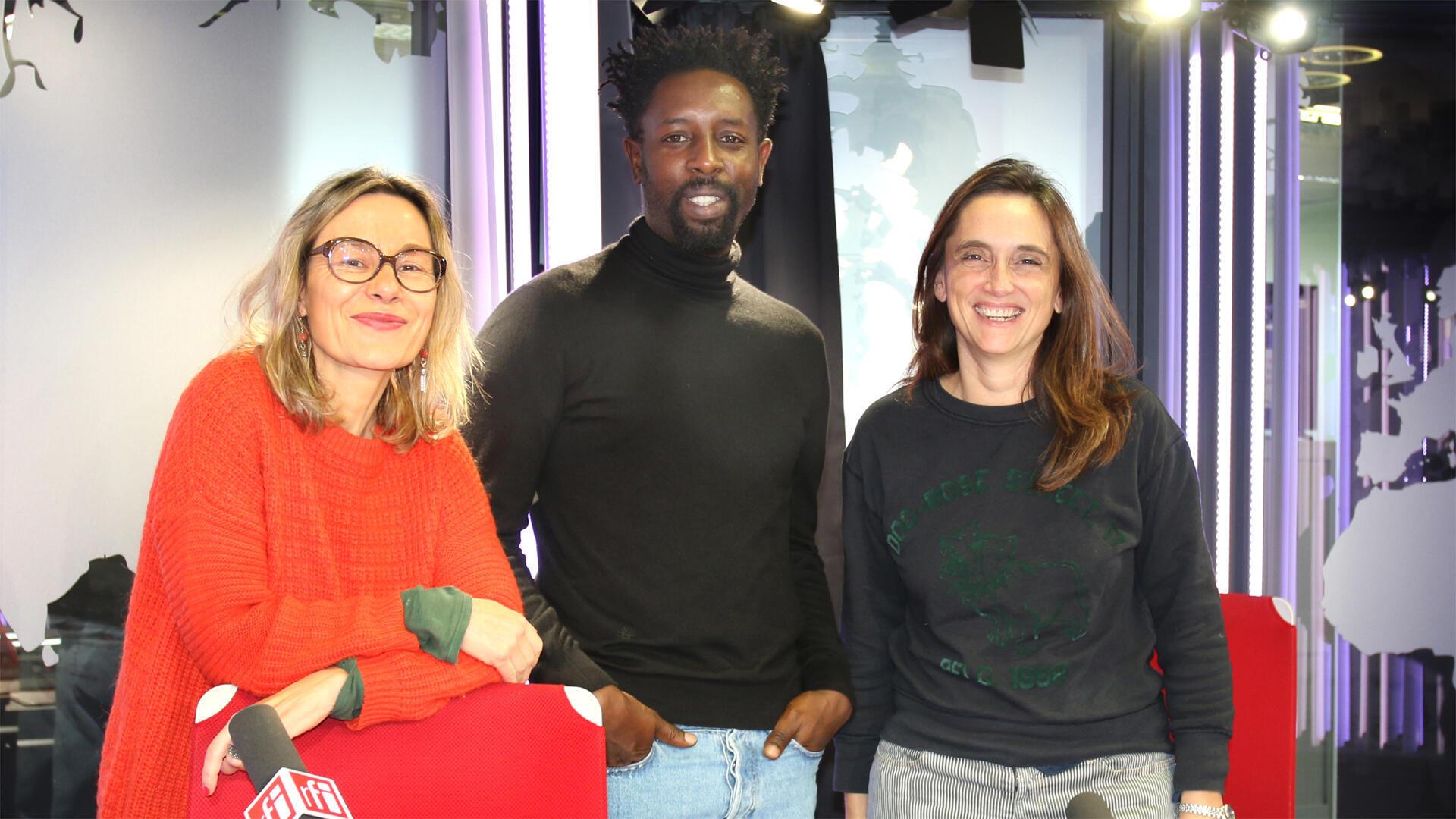 Ladj Ly (au centre), Élisabeth Lequeret (g.) et Sophie Torlotin (d) à RFI.
