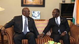 Le président burkinabè Roch Marc Christian Kaboré (gauche), en compagnie de son homologue ivoirien Alassane Ouattara, le 29 janvier 2016 à Addis-Abeba en marge du 26e sommet de l'UA.