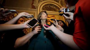 La sénatrice américaine Lisa Murkowski parle aux journalistes de son vote contre la nomination du juge Brett Kavanaugh à la Cour suprême des États-Unis, à Washington, le 5 octobre 2018.