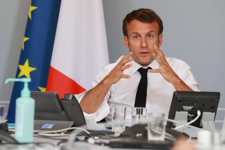 Le président Français Emmanuel Macron lors d'une videoconférence avec des artistes, à l'Elysée, le 6 mai 2020.