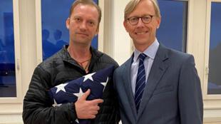 L'ancien militaire américain Michael White, détenu depuis 2018, pose avec l'envoyé spécial américain à Zurich après sa libération par Téhéran, le 4 juin 2020.