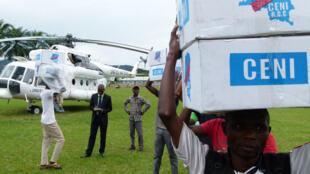 Plus de trois tonnes de matériel de révision du fichier électoral ont été livrées jeudi 16 février 2017 à l'antenne de la Commission électorale nationale indépendante (Céni) de Kimvula (province du Kongo central) par un hélicoptère de la Monusco.